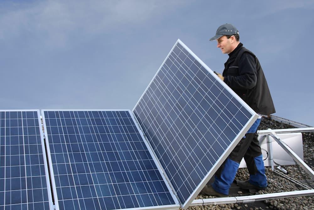 Aufständern einer Photovoltaik-Anlage © Marina Lohrbach, stock.adobe.com