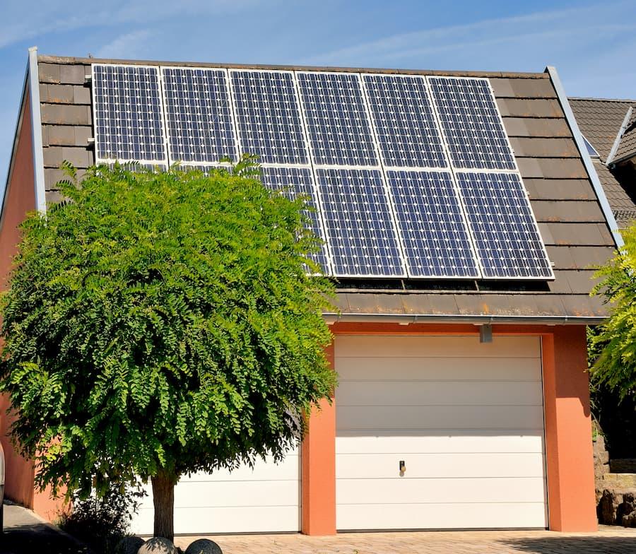 PV-Anlage auf einem Garagendach © remax16, stock.adobe.com