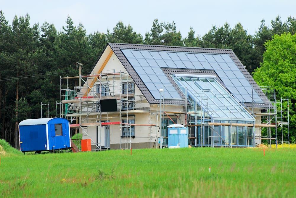 Beim Neubau am besten direkt eine Photovoltaikanlage mitplanen © DanBu.Berlin, stock.adobe.com