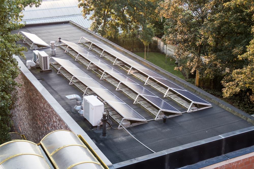 Photovoltaikanlage auf einem Flachdach © denboma, stock.adobe.com