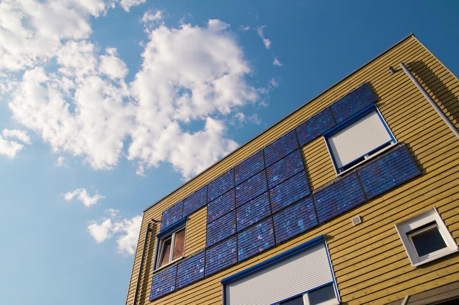 Photovoltaikanlage an einer Hausfassade © Daniel Schön, stock.adobe.com