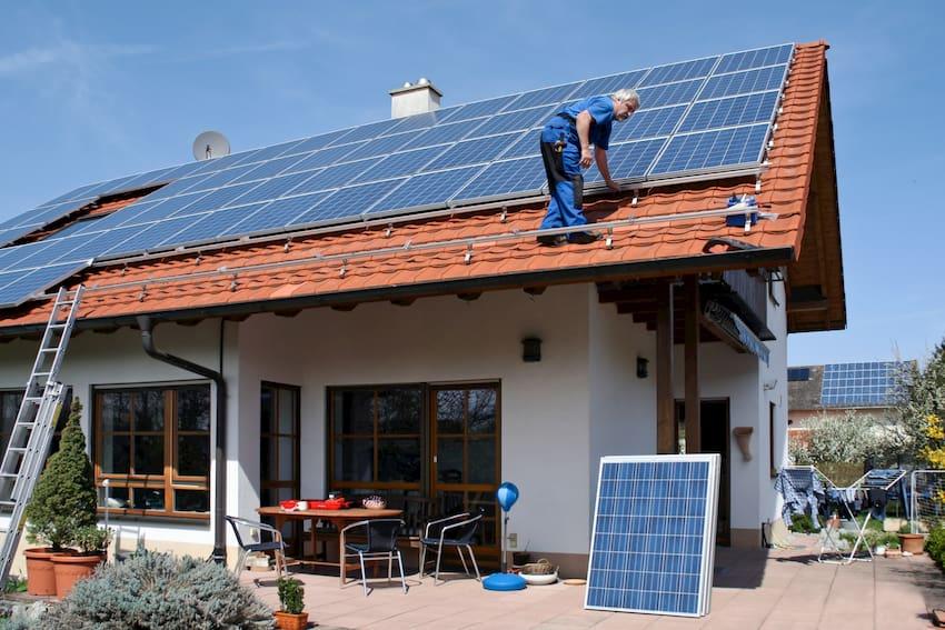 Eine Photovoltaikanlage wird installiert © Marina Lohrbach, stock.adobe.com