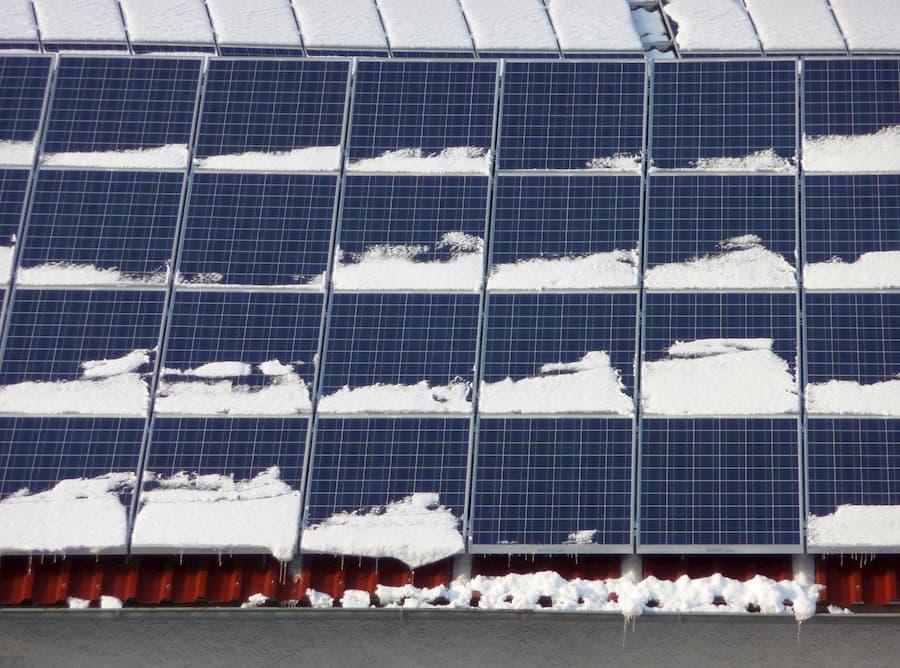 Schneebedeckte Solarmodule © Zauberhut, stock.adobe.com