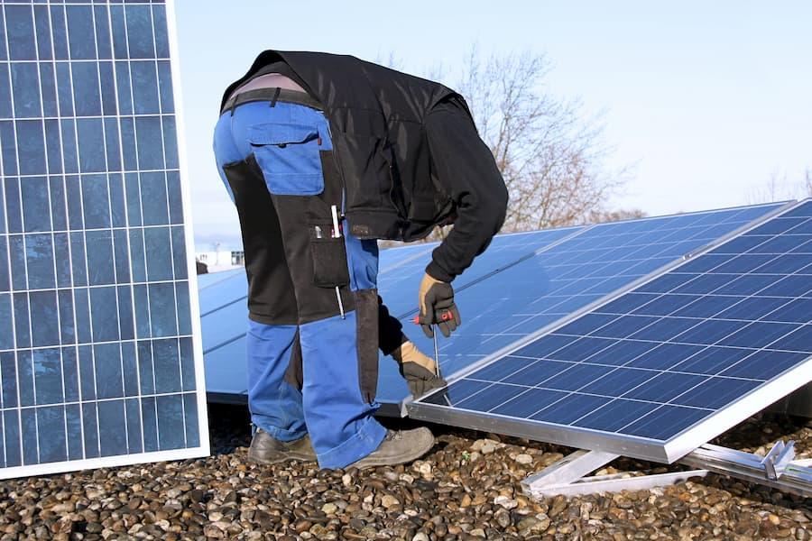 Montage einer Photovoltaikanlage auf einem Flachdach © Marina Lohrbach, stock.adobe.com