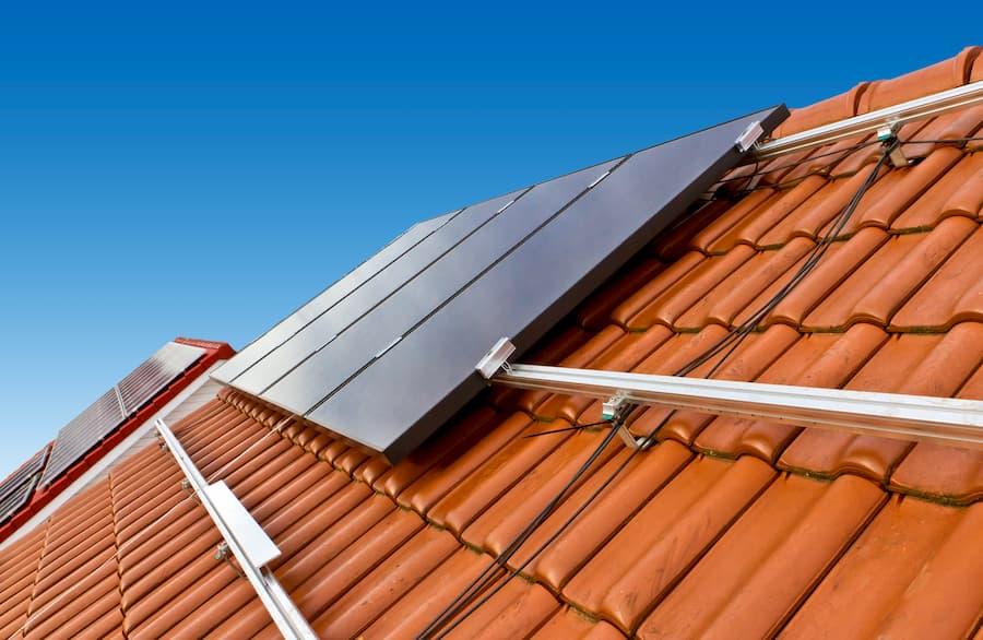 Montage einer Solaranlage auf einem Schrägdach © Jürgen Fälchle, stock.adobe.com
