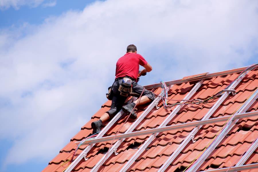 Montage einer Solaranlage auf einem Hausdach © Marina Lohrbach, stock.adobe.com