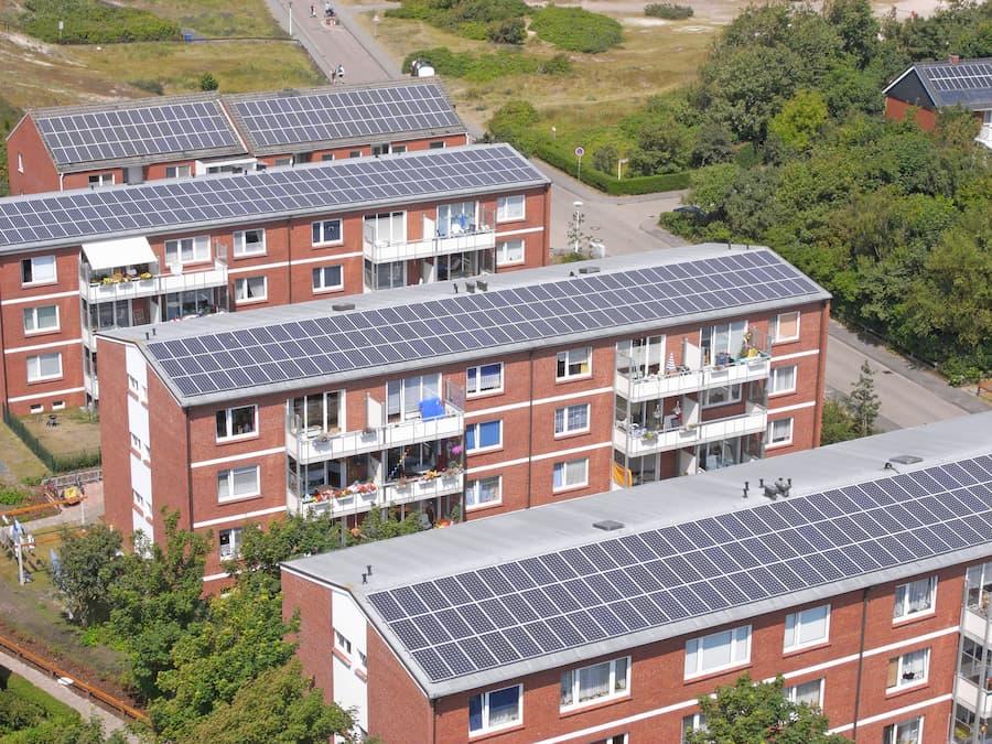 Solaranlage auf einem Mehrfamilienhaus © Kara, stock.adobe.com