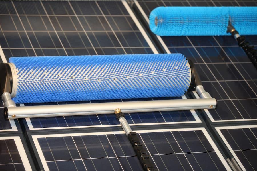 Reinigung einer Solaranlage © Luftbildfotogtaf, stock.adobe.com