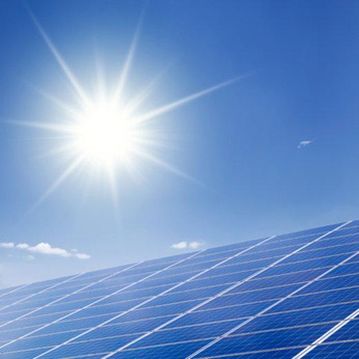 Solaranlage bei Sonnenschein © Jonas Glaubitz, fotolia.com