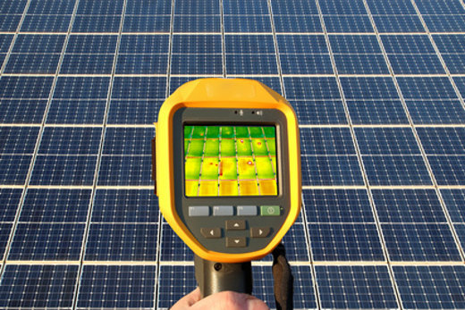 Solaranlage analyse mit Wärmebildkamera © mitifoto, fotolia.com