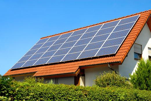 Solaranlage auf einem Hausdach © smileus, fotolia.com