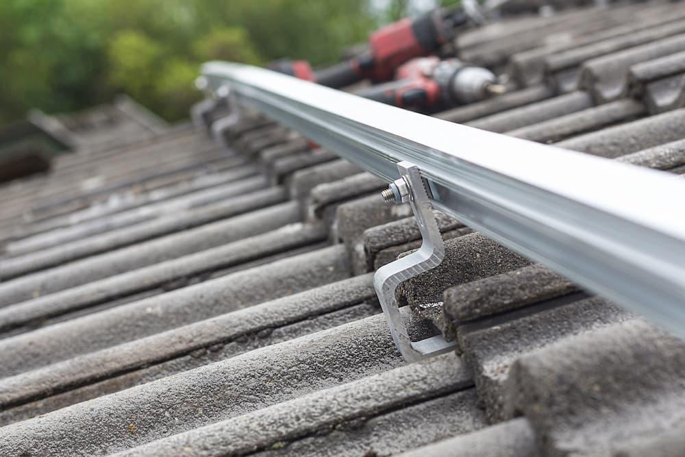 Solarschienen auf den Dachhaken befestigt © mmphoto, stock.adobe.com