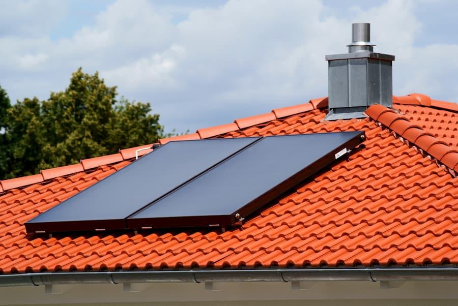 Hausdach mit Solarthermie-Anlage © Robert Angermayr, stock.adobe.com