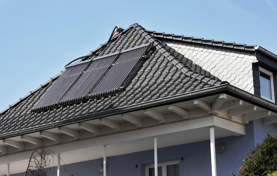 Solarthermieanlage auf einem Hausdach © Hermann, stock.adobe.com