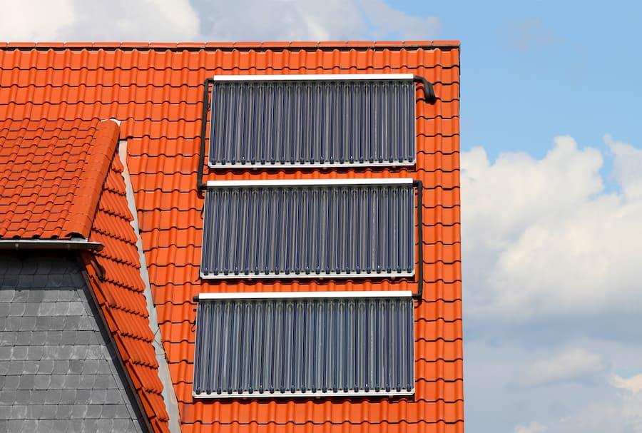 Solarthermie auf einem Hausdach © Horst Schmidt, stock.adobe.com