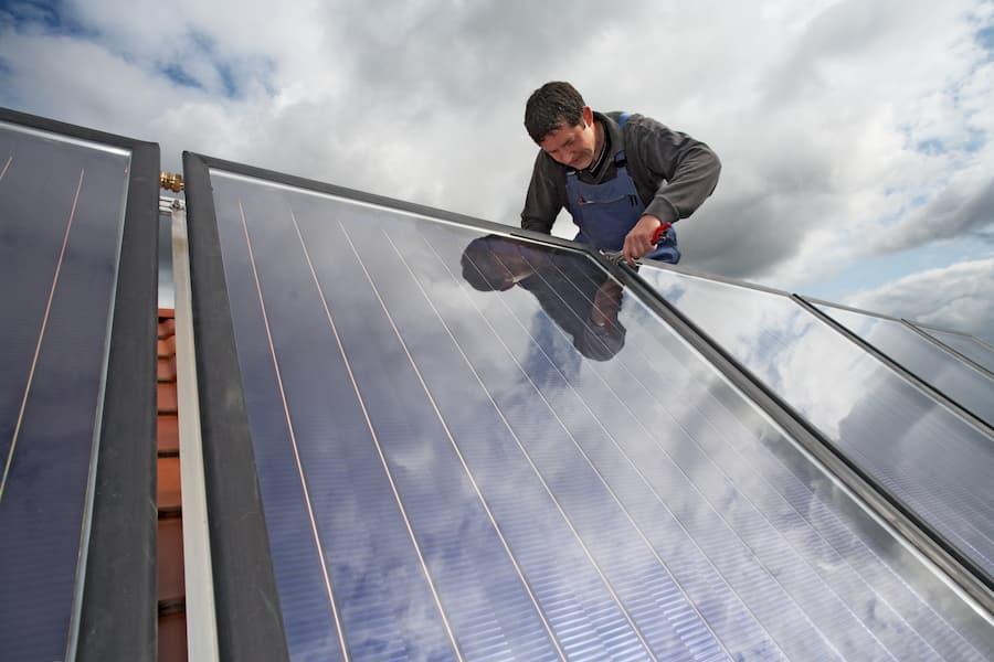 Solarthermie Installation © Ingo Bartussek, stock.adobe.com