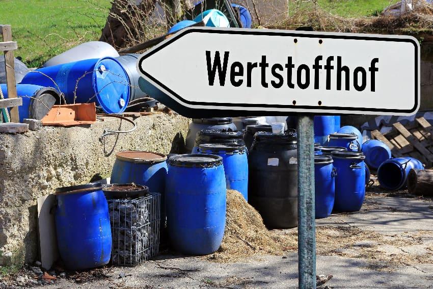 Alte Solarmodule können ggf. am Wertstoffhof abgegeben werden © Astrid Gast, stock.adobe.com