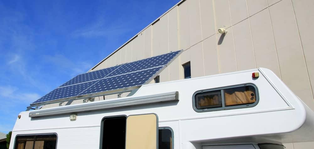 Wohnmobil mit aufstellbaren PV-Modulen auf dem Dach © illustrez-vous, stock.adobe.com